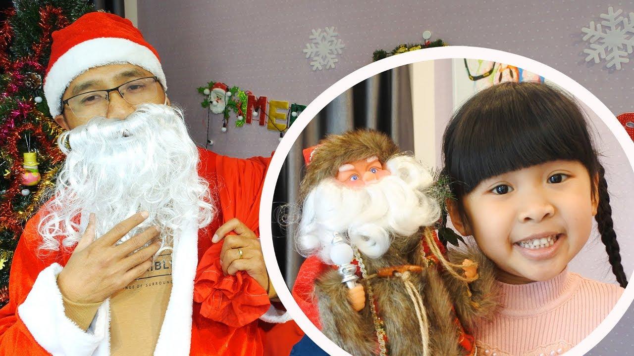 Quà Tặng Bất Ngờ Giáng Sinh - Bố Bé Bún Hóa Thân Thành Ông Già Noel Tặng Quà Bé Bún và Bé Bắp