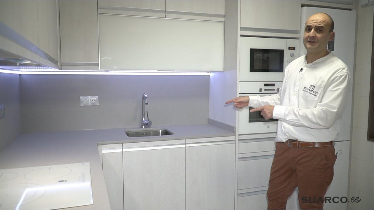 Cocina moderna peque a con color roble ceniza forma de for Cocinas cuadradas pequenas