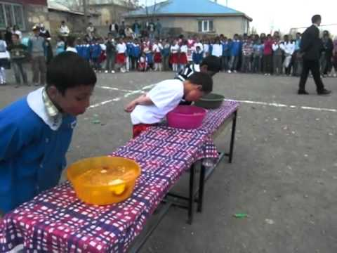 Suda Elma Yeme Yarışması.MOV