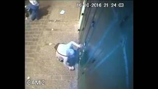 بالفيديو.. امرأة ترشّ سحراً أمام باب أحد المحلات التجارية في المغرب