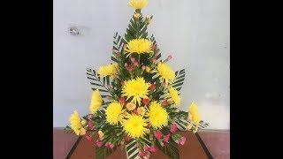 Cắm bình hoa cúc và hoa cẩm chướng