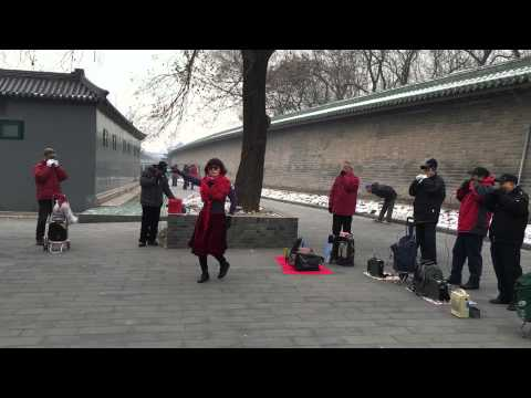 traditional-dance-and-music,-temple-of-heaven-park,-beijing