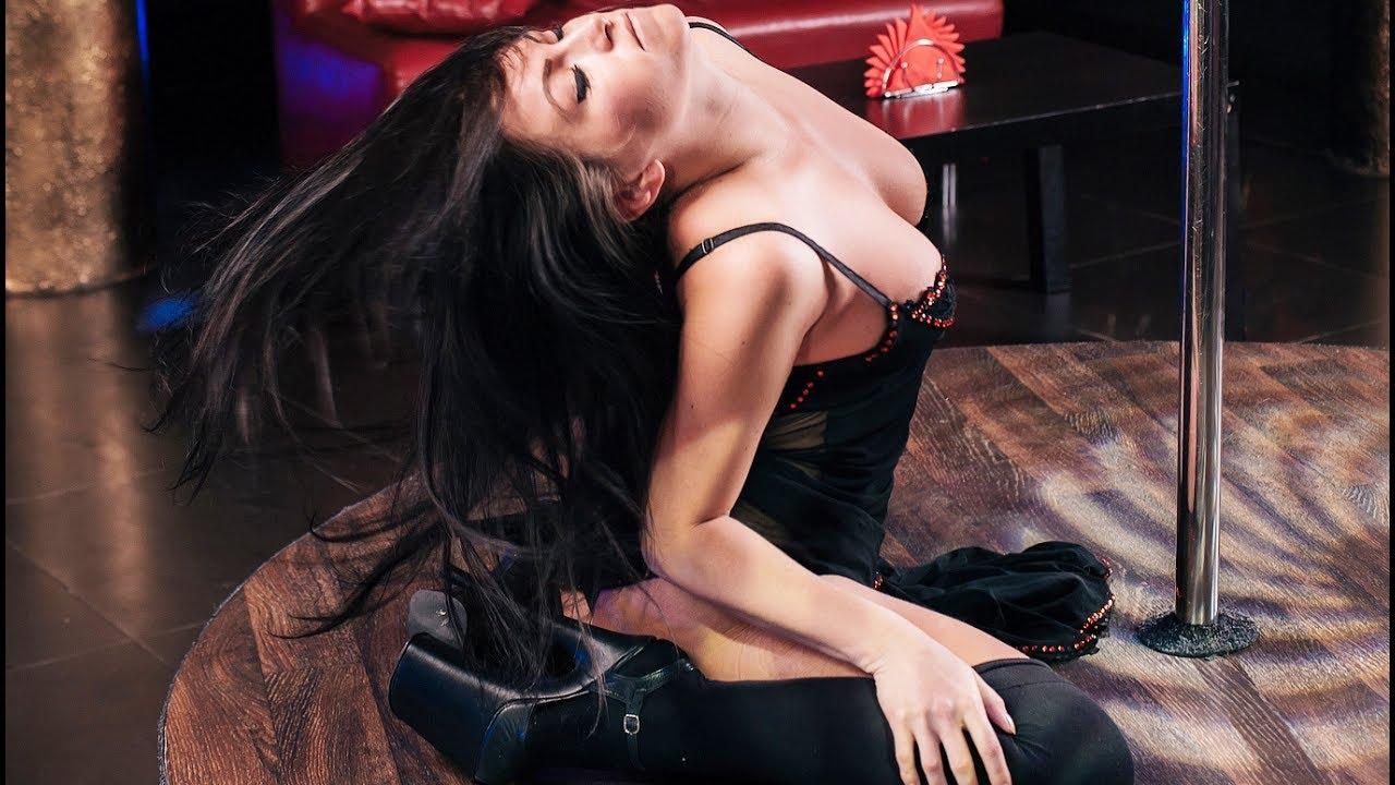 стриптизерша в клубе приватный танец бритни носила