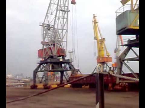 кран в порту