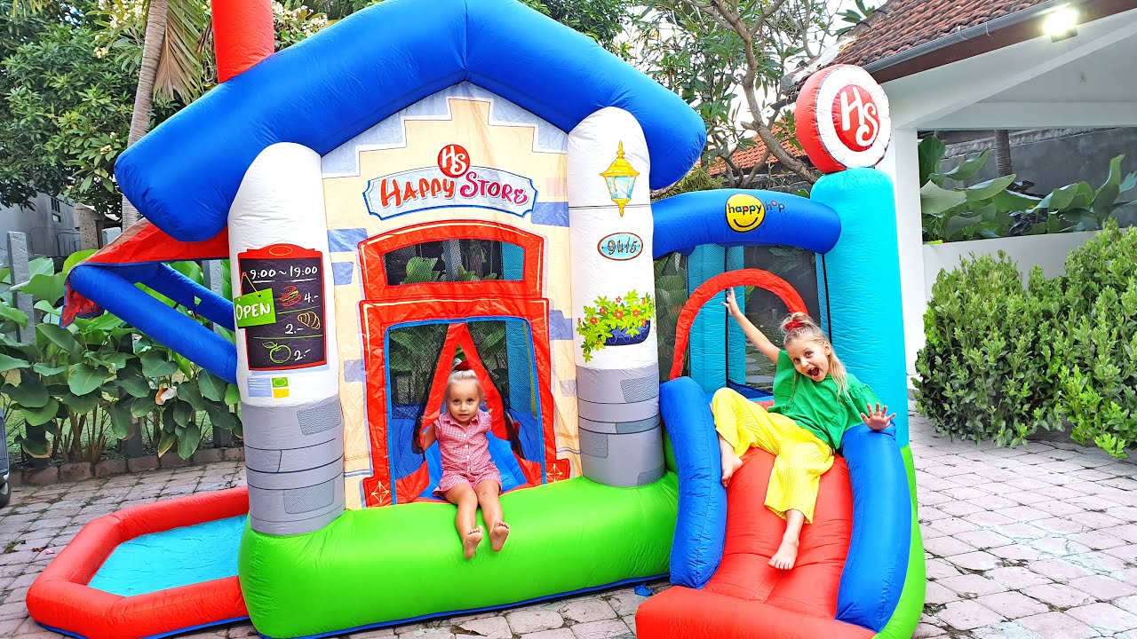 Alicia y la pequeña Eva quieren saltar en el trampolín y jugar con papá