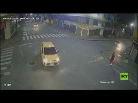 صدفة تنقذ امرأة من حادث سير مرعب بين سيارتين
