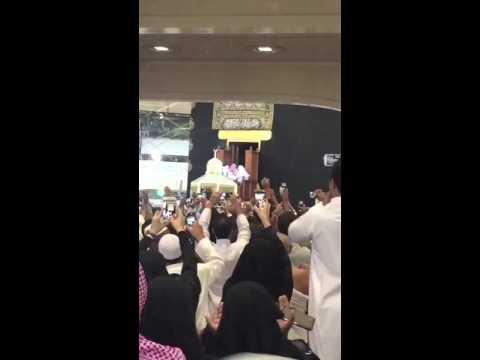 فيديو: شاهد ردة فعل الناس لحظة فتح باب الكعبة
