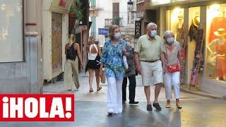 La reina Sofía disfruta de una tarde de compras y paseo con su hermana Irene y unos amigos