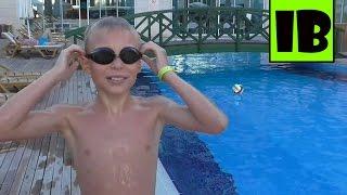 ОГРОМЕННЫЙ БАССЕЙН НЫРЯЮ И ПЛАВАЮ(Сегодня я с братом купаюсь в бассейне. Я покажу как умею нырять на глубину за маской., 2016-07-12T15:28:17.000Z)
