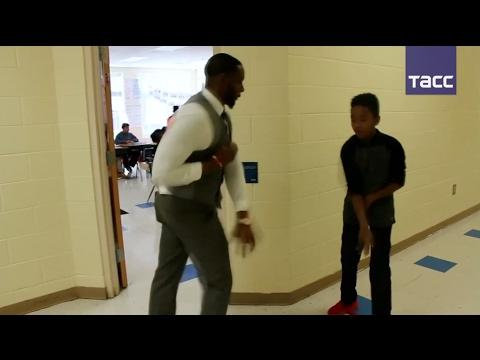 Учитель в США придумал индивидуальное рукопожатие для каждого ученика