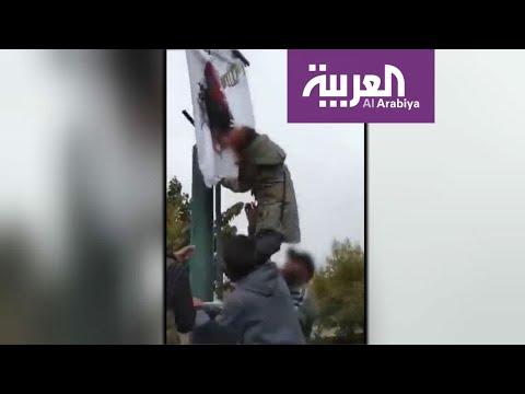 فتاة إيرانية تمزق صورة خامنئي وسط تصفيق المتظاهرين