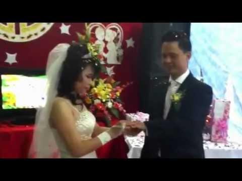 Xem cô dâu và chú rể hôn nhau !