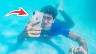 viviendo-debajo-del-agua-meto-el-iphone-a-la-piscina