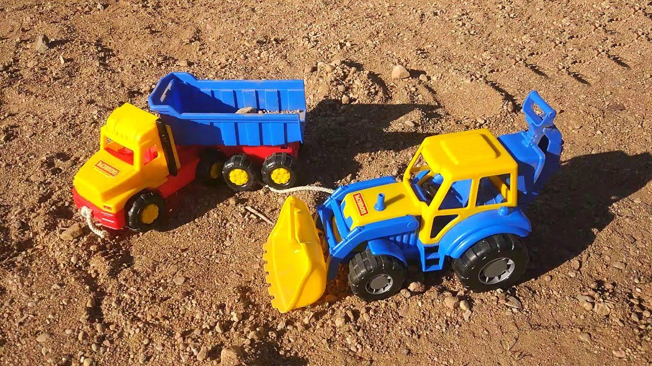 Синий трактор с прицепом и самосвал в песке - YouTube