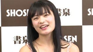 グラビアイドルの星名美津紀さんの「2014年カレンダー」の発売記念イベ...