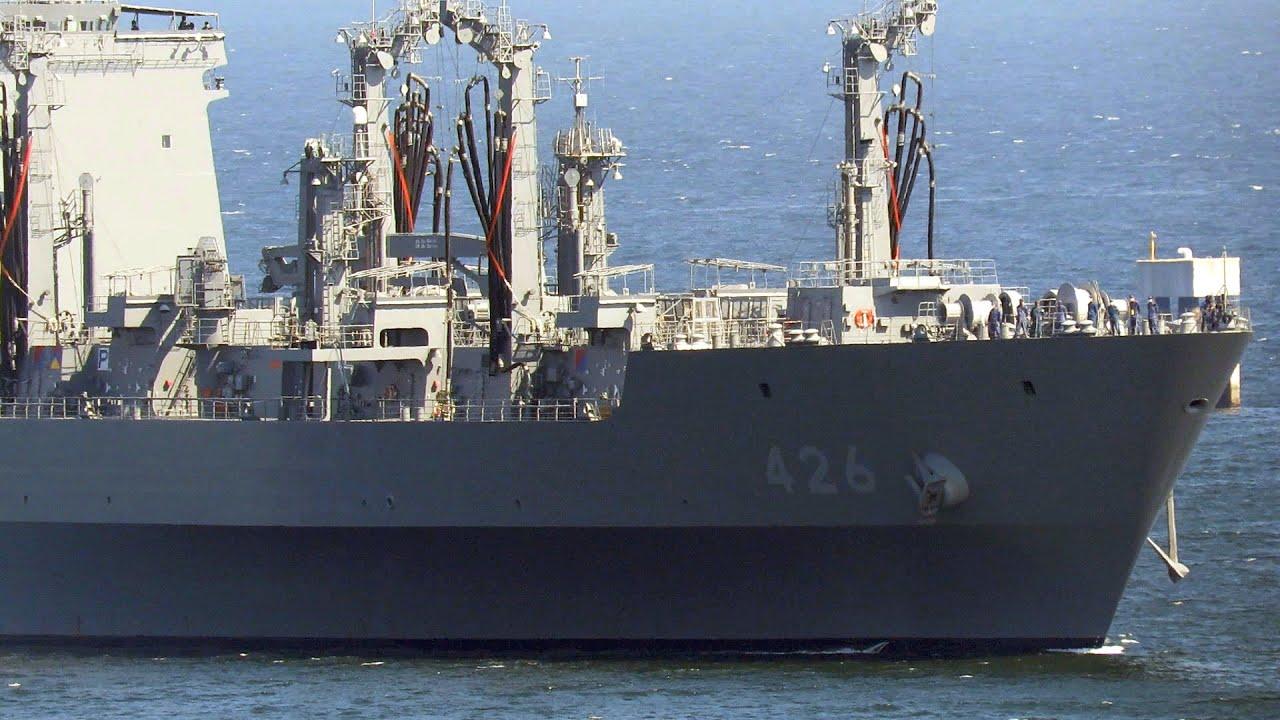 大型補給艦「おうみ」UV旗のなか横須賀入出港2021年10月6日
