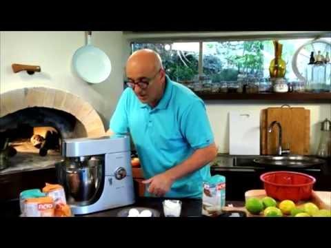 מתכוני סוגת: ארז קומרובסקי אופה עוגת לימון בחושה