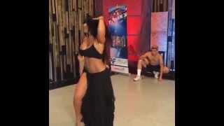 Maripily disfruta su ensayo como bailarina del baile del vientre