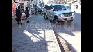 Хабаровчанка ударилась о столб на остановке, испугавшись внедорожника. Mestoprotv