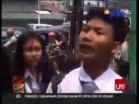 Anak sekolah mengamuk saat ditilang polisi