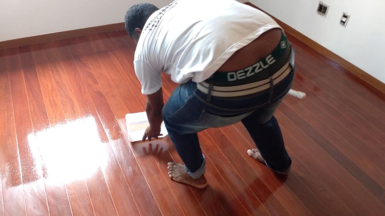 Como restaurar e envernizar um piso de assoalho com verniz for Como pintar un mueble laminado