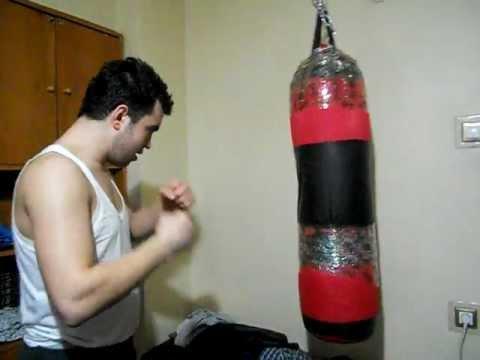 Amatör boksör kum torbasını patlatıyor