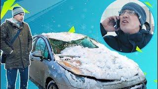 Снег с крыши упал на машину
