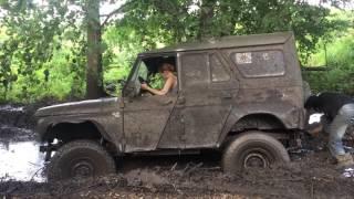 Девушка на УАЗе vs Грязь. ГАЗ-66 расчищает дорогу. Боевой Синий УАЗ