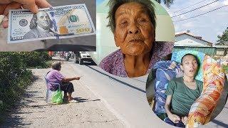 Cụ bà gần 100 tuổi bị con bỏ rơi bật khóc khi nhận 100 USD từ người xa lạ