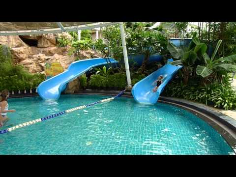Singapore shang ri la rasa sentosa resort yiuyiu6 years olds wimming in the swimming pool