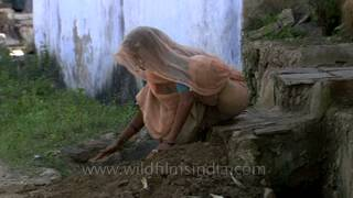 Woman making mud steps without any tools in Uttar Pradesh