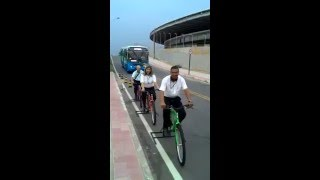 路線バスが自転車にどれだけ接近しているかを体験してもらうため、バスの運転手に疑似体験してもらう試み(ブラジル)