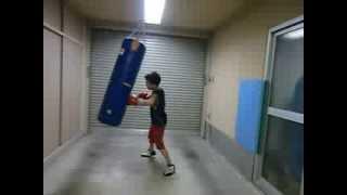 AKIRA 小学4年生 自宅車庫練習 サンドバッグ thumbnail