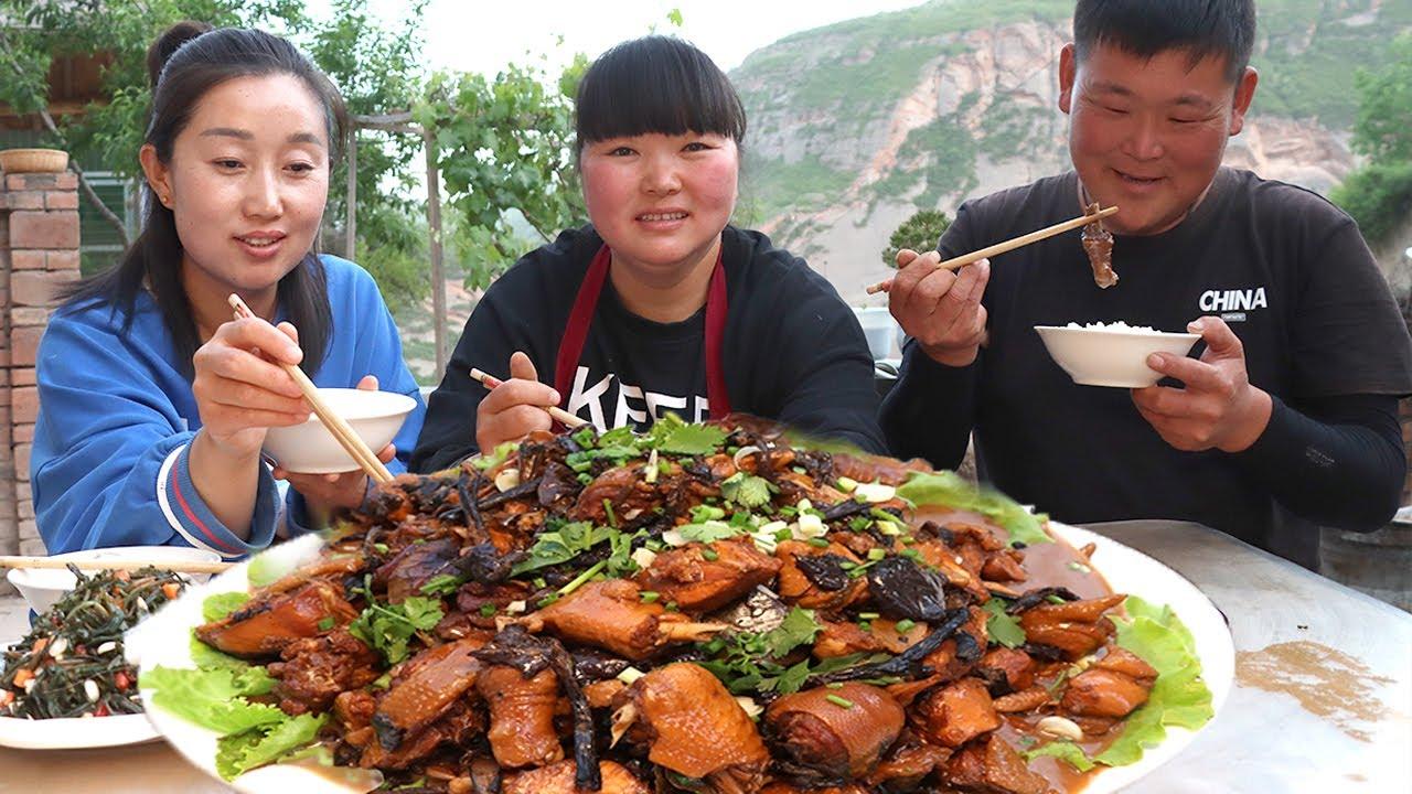 """【陕北霞姐】好朋友寄来东北蘑菇,霞姐买2只鸡做""""小鸡炖蘑菇"""",肉质不柴,汤汁泡米饭最过瘾!"""