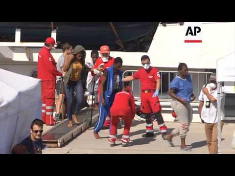 Hundreds of migrants brought ashore in Italy