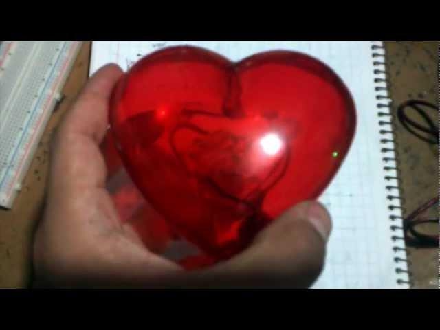 Corazón de acrílico con foco de neón