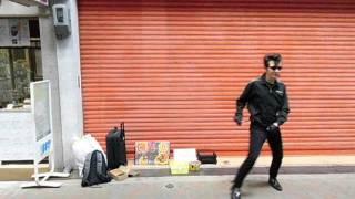 「レトロなまち歩き」でピーター小池さんが当店前で熱演! ツキヤHP htt...