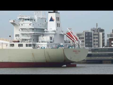 PORT OF ROTTERDAM            De `Orange Star` een fruit juice tanker schip