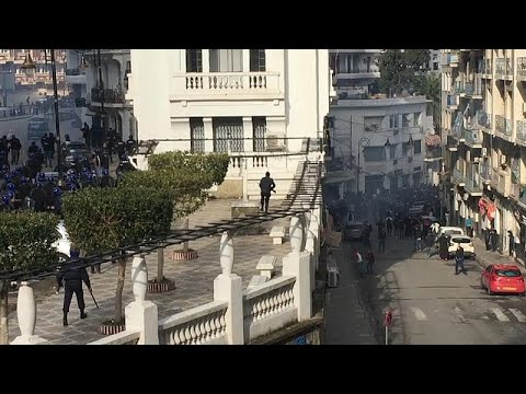 اشتباكات بين قوات الشرطة ومتظاهرين في الجمعة الخامسة لاحتجاجات الجزائر…  - 11:54-2019 / 3 / 23