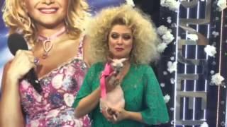 Лена Ленина подарила Ларисе Долиной на День рождения розового котенка