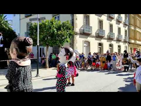 Ribadeo no renuncia a la alegría con el desfile de Cocos y cabezudos