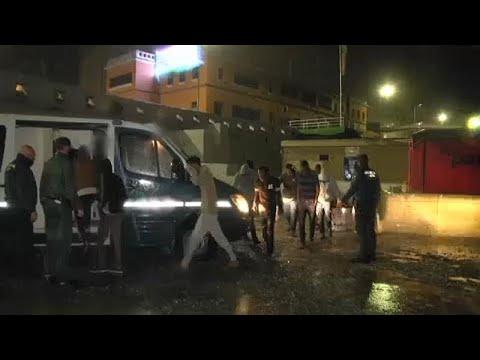 شاهد: شاحنةٌ محمّلة بـ52 مهاجراً تقتحم الحدود المغربية مع سبتة الإسبانية…  - نشر قبل 5 ساعة