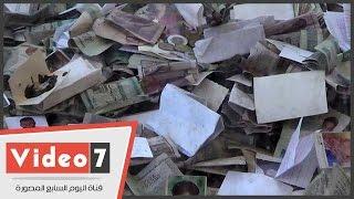 """""""صور وعملات ورسائل"""" بجوار مقام السيدة زينب.. """"مصريون يتمسحون فى """"بركة آل البيت """""""