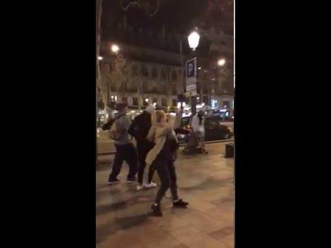 Des jeunes dansent sur du Raï aux Champs Elysées sur Paris
