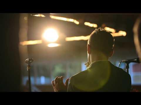Komiat - Iskelmäprinssi laulaa (Live)
