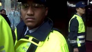 20121225警察弟兄 特偵組前的人行道又不是你管的 你會不會管太寬ㄌㄚ