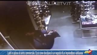Ladri in azione al centro commerciale. Ecco come derubano un negozio di un imprenditore valdianese