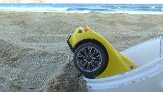 машинка провалилась в ведерко для песка Сеня играет в полицию и помогает Даше спасти машинку