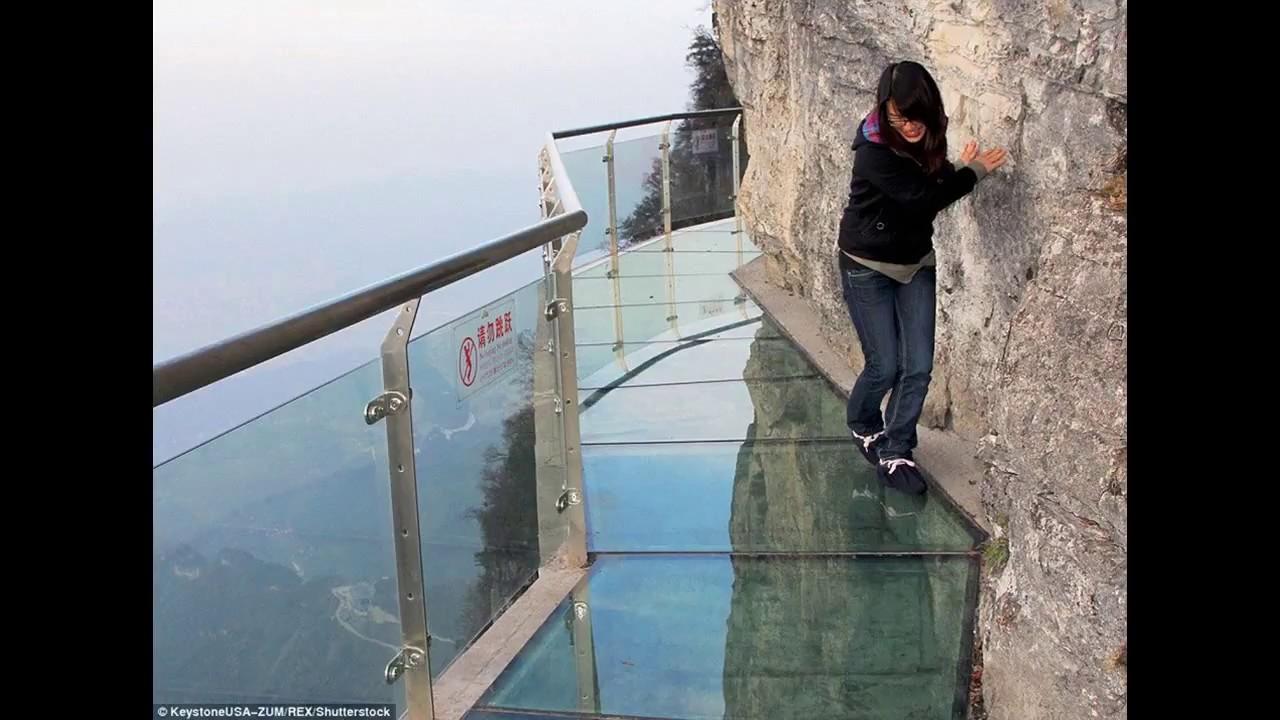 """Мост из стекла, который """"трескается"""" при прохождении по нему."""