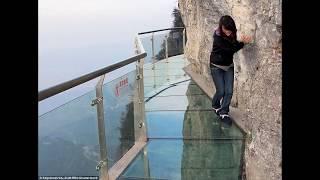 видео: В Китае под ногами туристов начал трескаться стеклянный мост